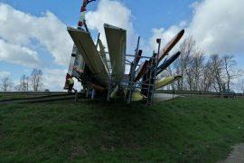 Wind parkeert Franse botenwagen op de vangrail