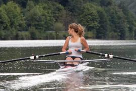 Roeiwerf Wiersma levert acht nieuwe skiffs aan Saar Rowing Center